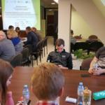 Na pierwszym planie studenci uczestnicy warsztatów podczas przerwy. Autor zdjęcia: Dawid Dawidowicz