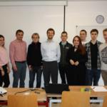 Prof. Marius Mayer (w białej koszuli) z prof. Robertem Czerniawskim (w czerwonej koszuli) wraz ze studentami Autor zdjęcia: Wojciech Zbaraszewski