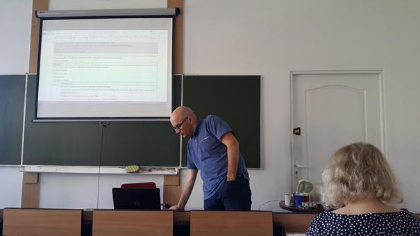 Dr Krzysztof Dmytrów podczas przedstawiania propozycji poprawek do ankiet Autor zdjęcia: dr Dawid Dawidowicz