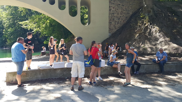 Uczestnicy szkolenia spożywający posiłek w plenerze po zakończeniu badań ankietowych Autor zdjęcia: dr Dawid Dawidowicz