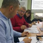 Uczestnicy warsztatów podczas dyskusji nad ankietą. Zdjęcie: Dawid Dawidowicz